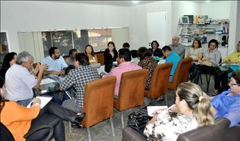 Secretário Pedro Fernandes em reunião com dirigentes do Sinproesemma